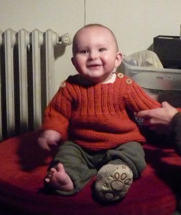 Ewen dans son pull Pekelo